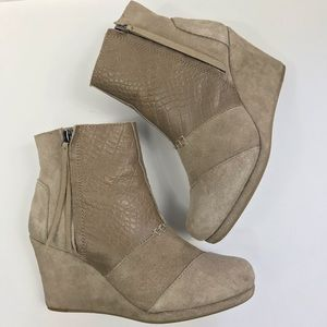 TOMS desert wedge high taupe suede croc embossed 8